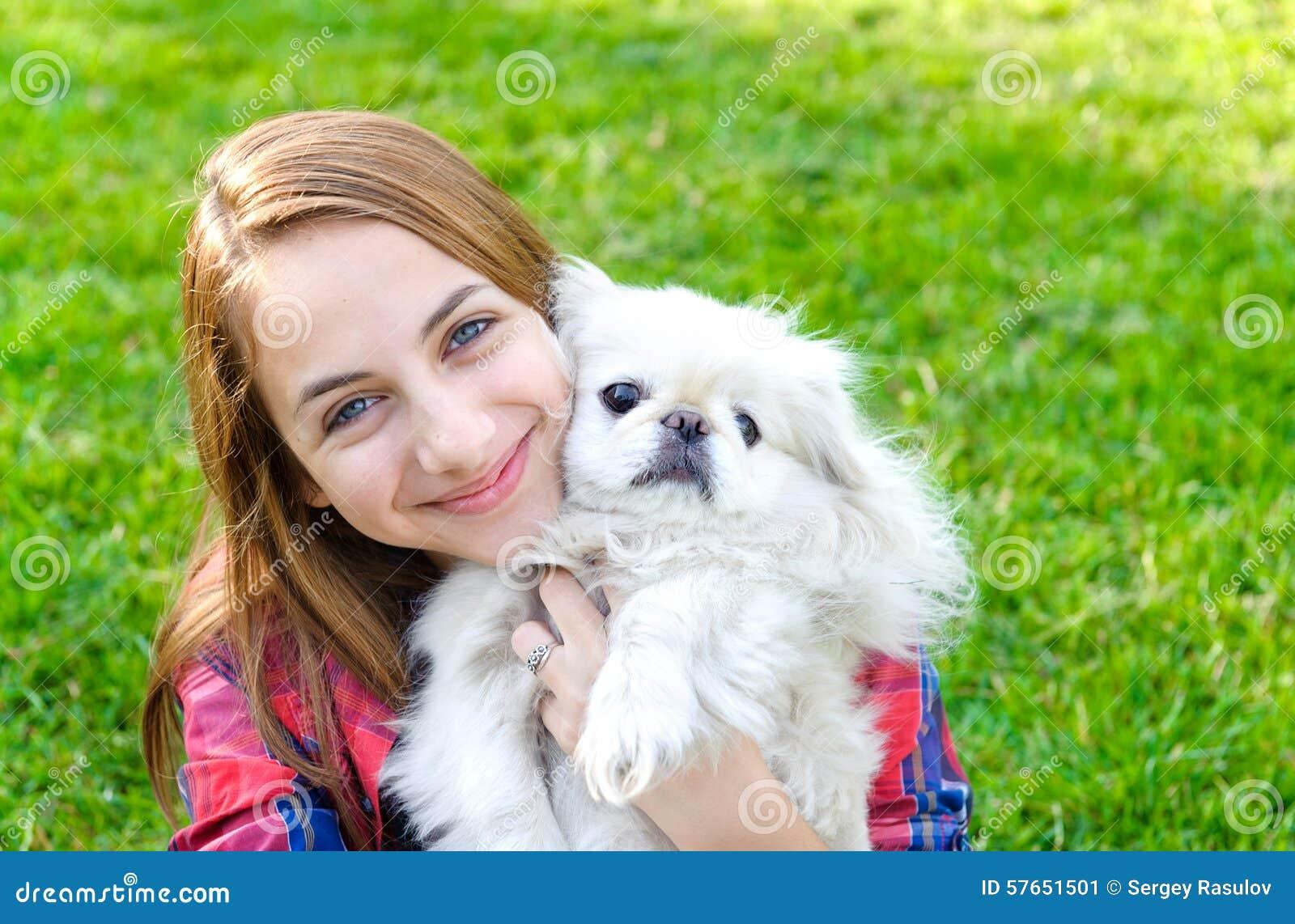 Piękna młoda dziewczyna bawić się z jej psem