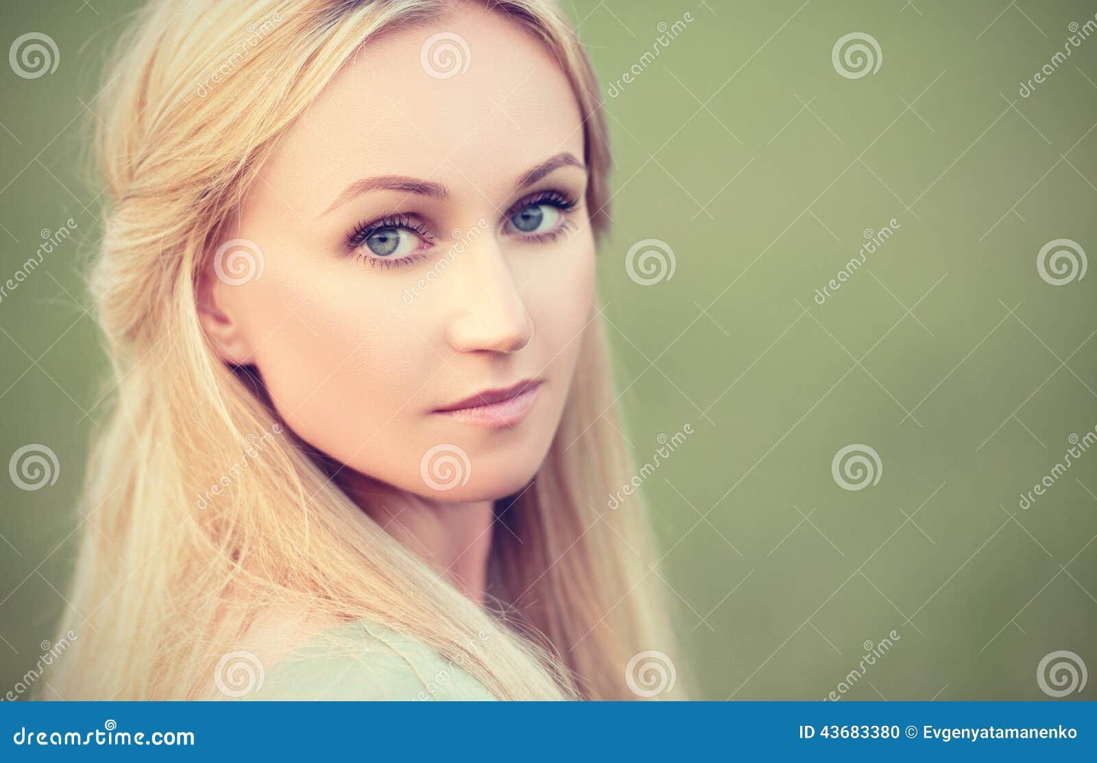 Piękna młoda dziewczyna czarodziejskiego lasu boginka na zielonym tle