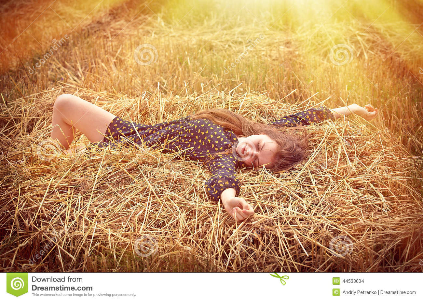 Piękna młoda dziewczyna na łące