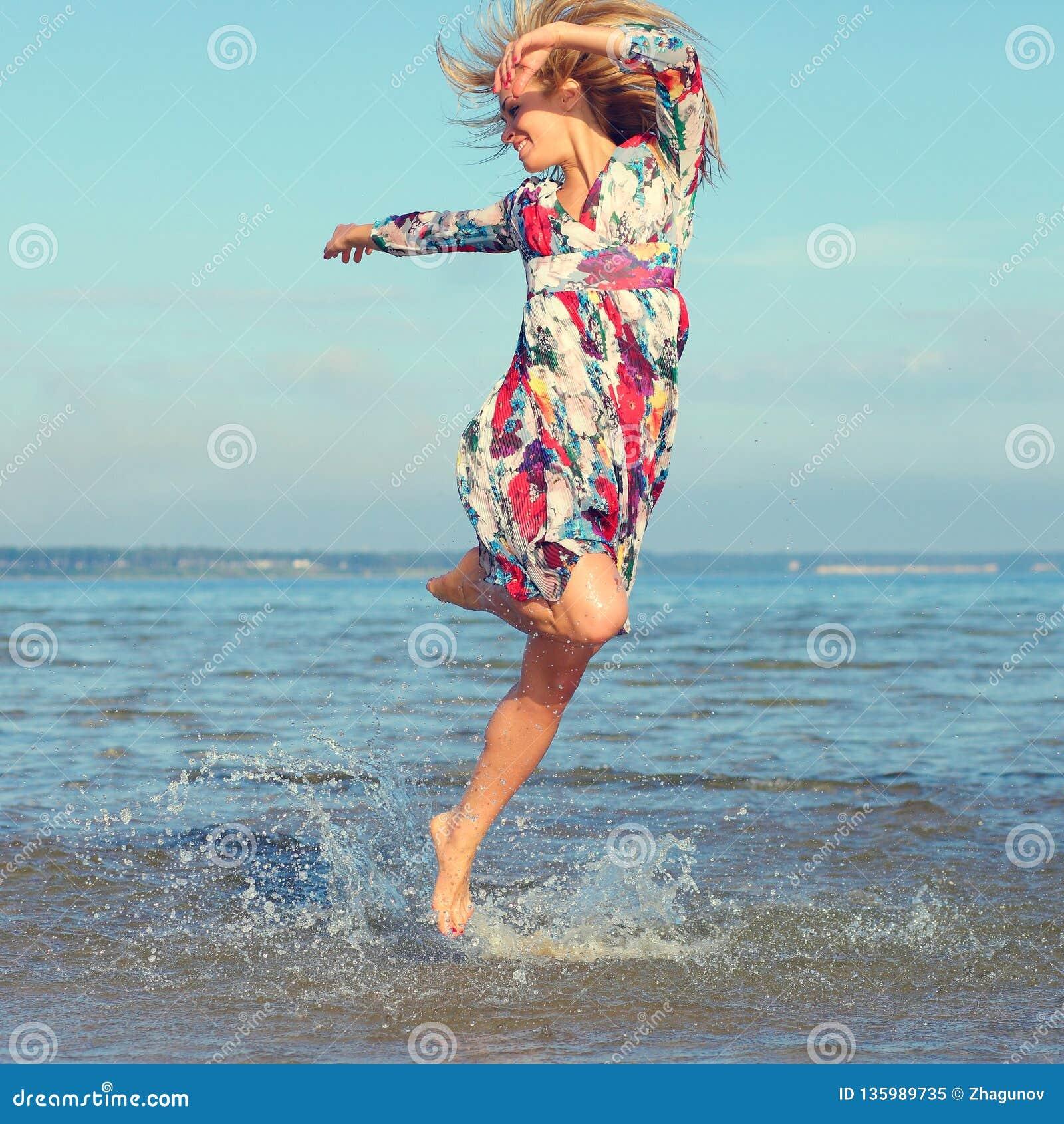 Piękna młoda dziewczyna na morzu