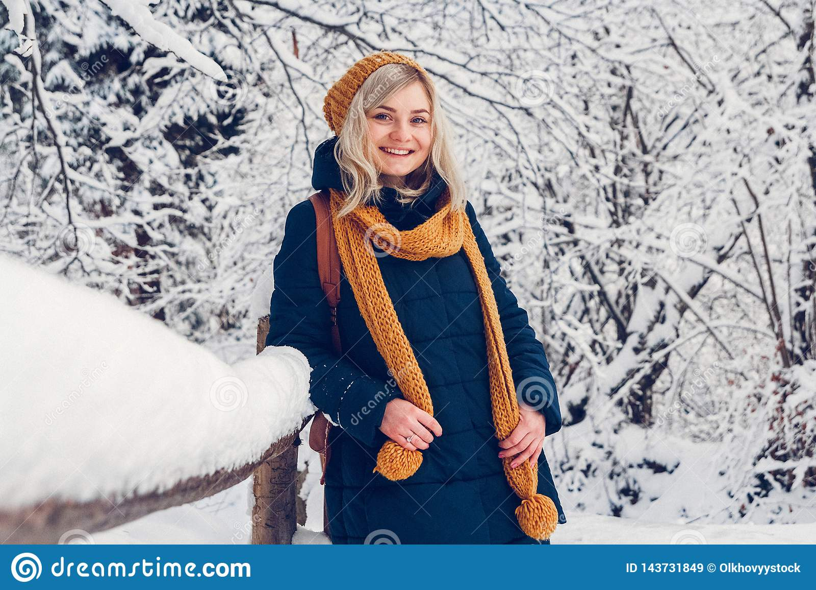 Piękna młoda dziewczyna w zima parku chodzi w zima lesie