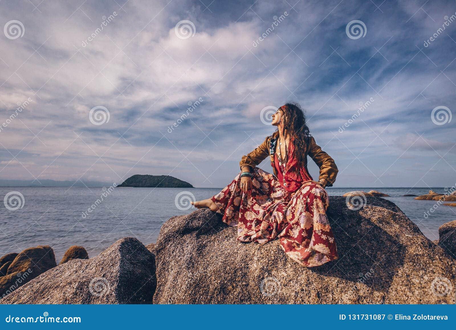 Piękna młoda gypsy stylu kobieta outdoors