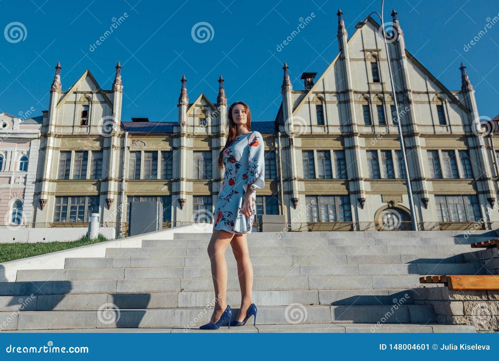 Piękna młoda kobieta w delikatnej błękit sukni