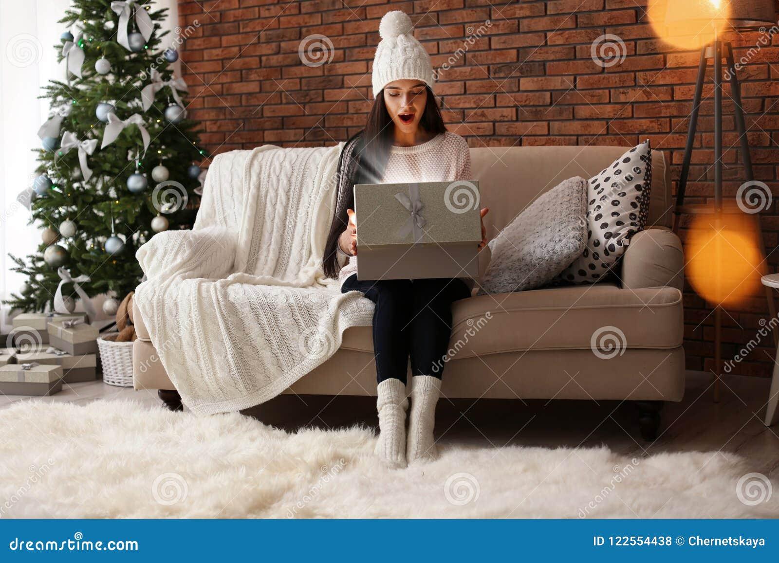 Piękna młoda kobieta w kapeluszowym otwarcie prezenta pudełku