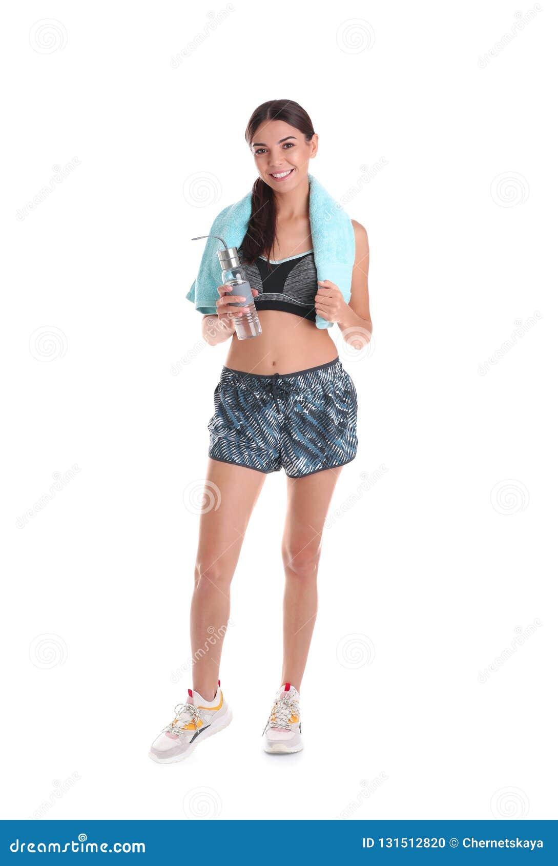 Piękna młoda kobieta w sportswear z ręcznikiem i butelką woda