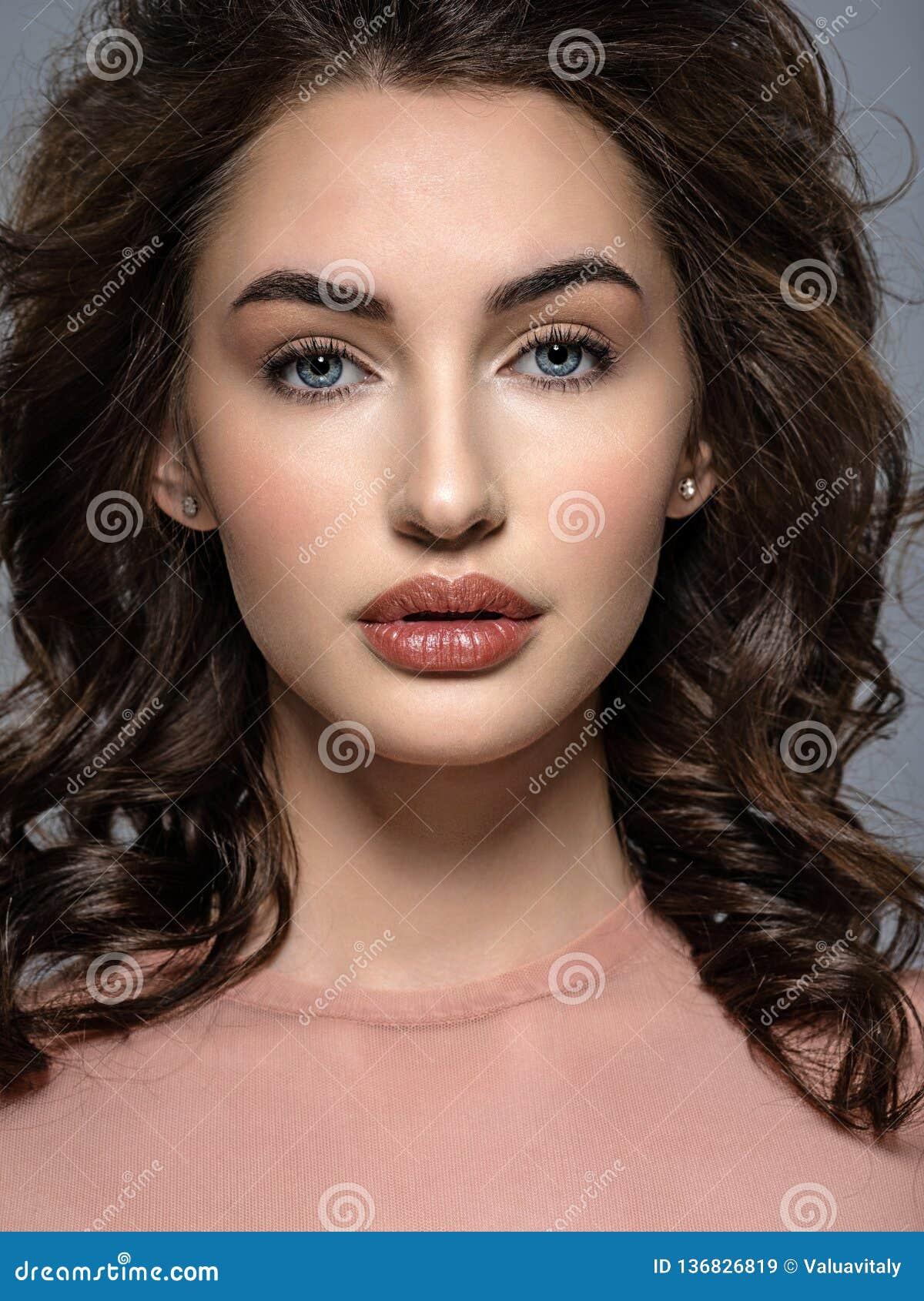 Piękna młoda kobieta z długim brązu włosy