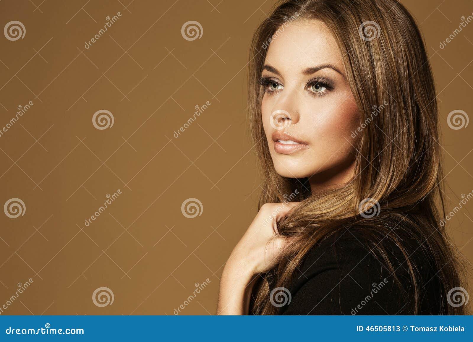 Piękna młoda kobieta z długim brown włosy
