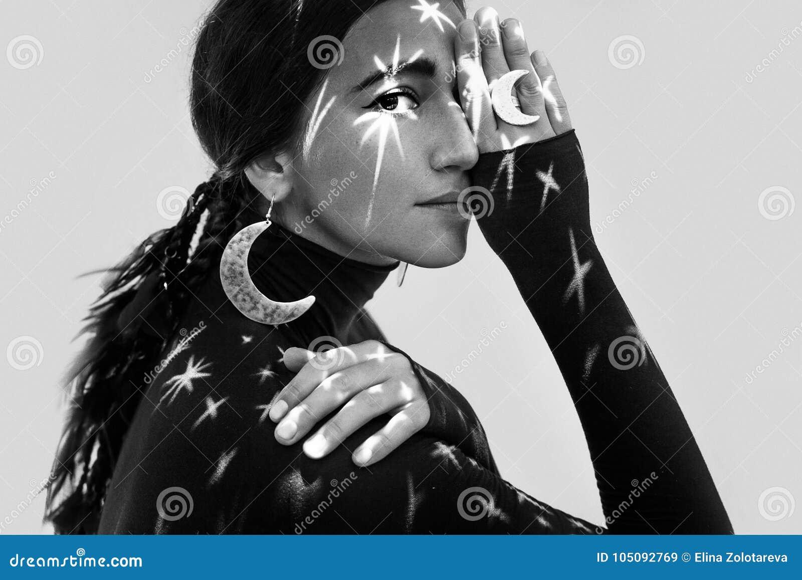 Piękna młoda kobieta z elegancką biżuterią nocy wymarzony pojęcie