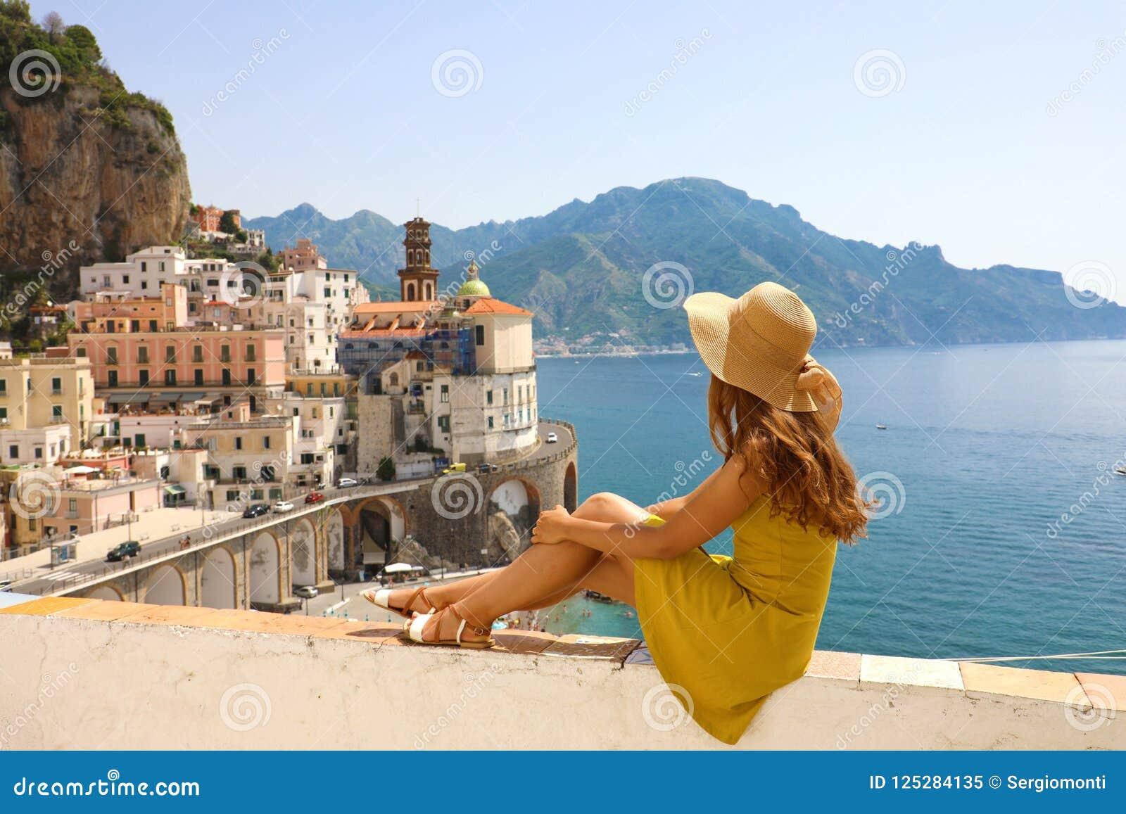 Piękna młoda kobieta z kapeluszowym obsiadaniem na ściennym patrzeje stunni