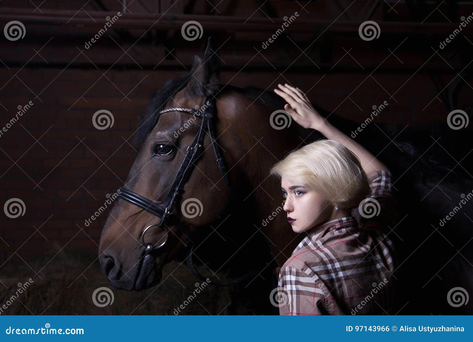 Piękna młoda kobieta z koniem