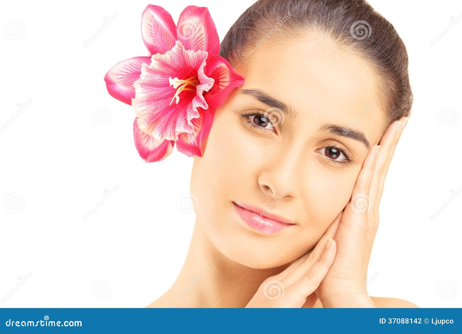 Download Piękna Młoda Kobieta Z Kwiatem W Jej Włosy Odizolowywającym Na Bielu Zdjęcie Stock - Obraz złożonej z zmysłowy, odosobniony: 37088142