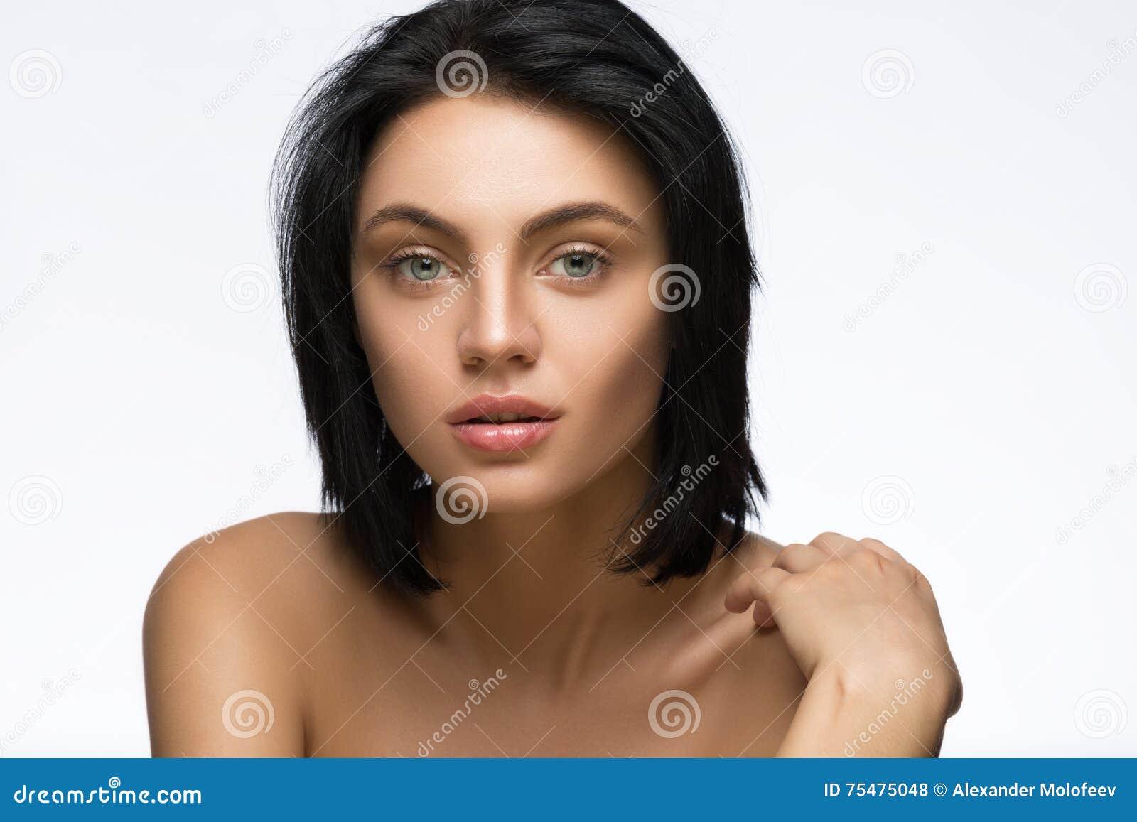 Piękna młoda kobieta z prostym krótkim włosy odizolowywającym na białym tle