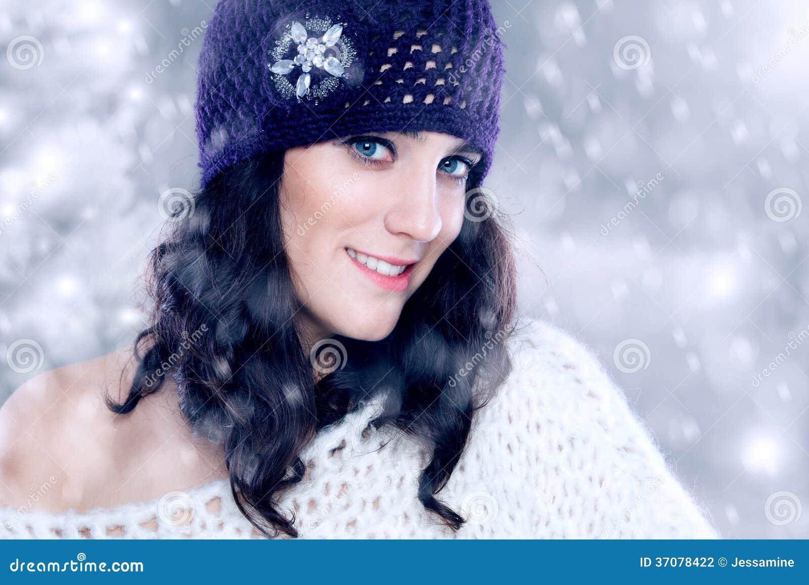 Download Piękna Młoda Kobieta Z Trykotowym Kapeluszem Zdjęcie Stock - Obraz złożonej z migreny, błonie: 37078422