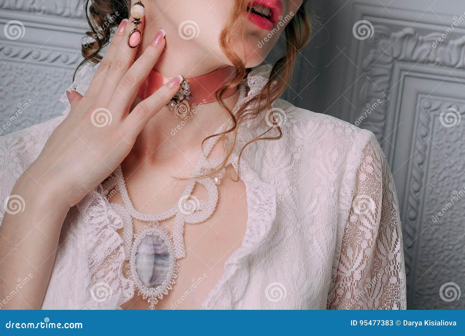 Piękna młoda seksowna kobieta, włosy dekorował z kwiatami Perfect Makeup Piękno moda rzęsy Studio retuszujący strzał Zamknięty u