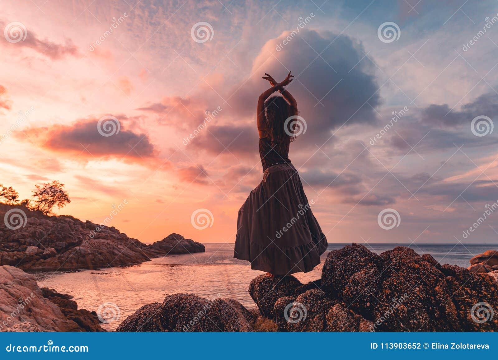 Piękna młodej kobiety sylwetka na zmierzchu