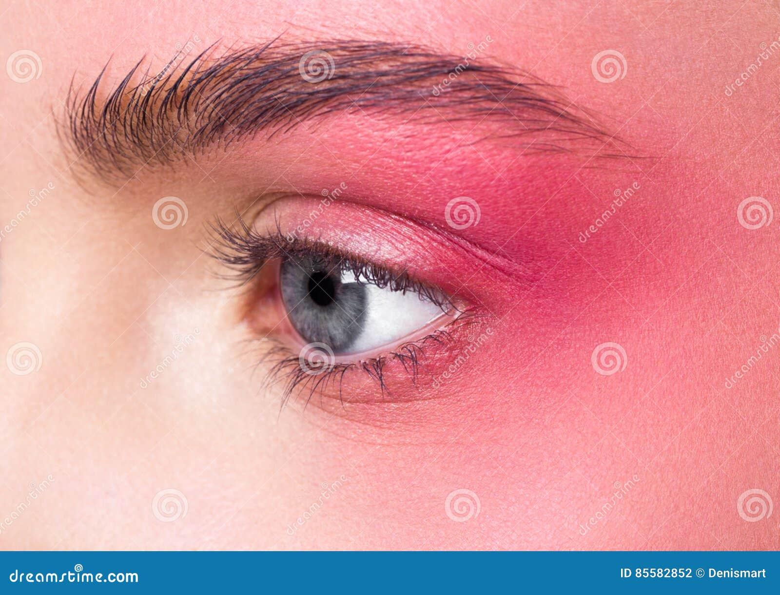 Piękna makeup menchii oczu zamknięta up retuszująca skóra