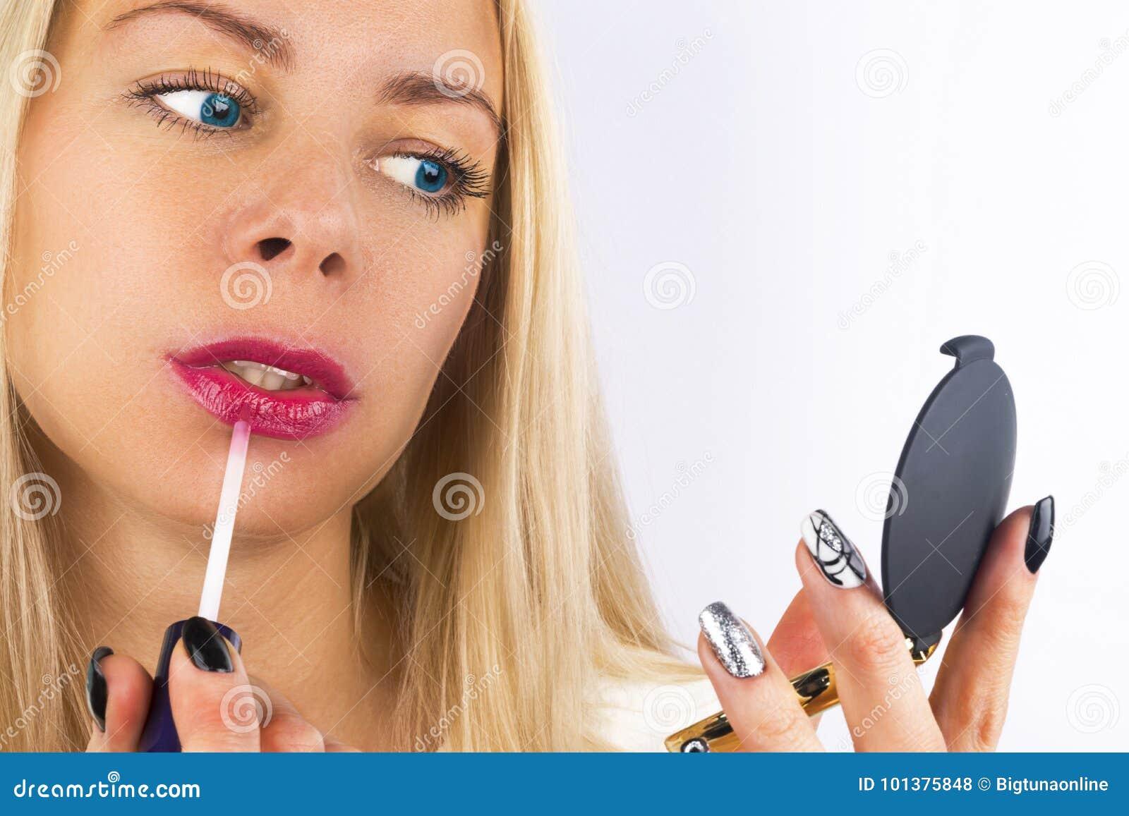 Piękna Makeup Zbliżenie Piękna blond kobiety twarz Z niebieskimi oczami i Gładką skórą Pełne wargi Z wargi glosą Dalej Zakończeni