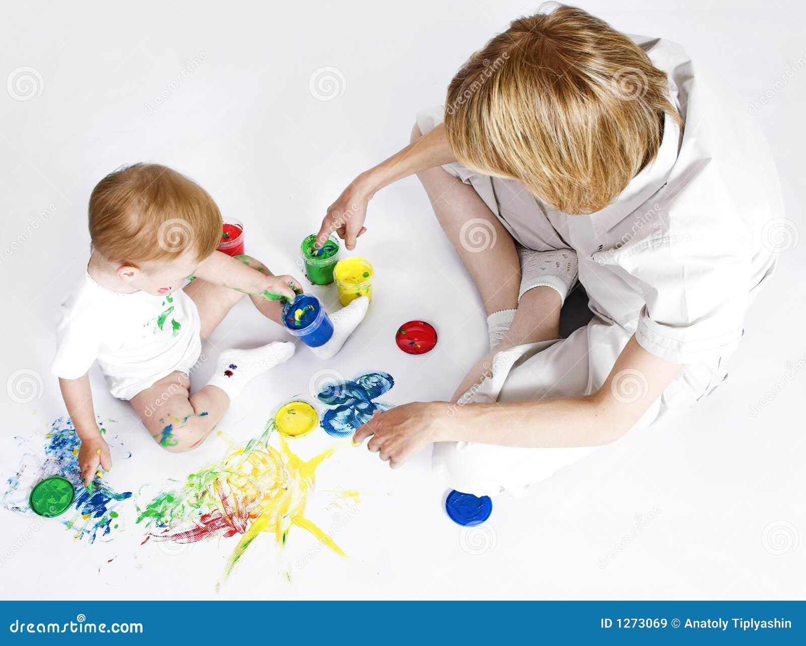 Piękna matki dziecka w bieli farby young