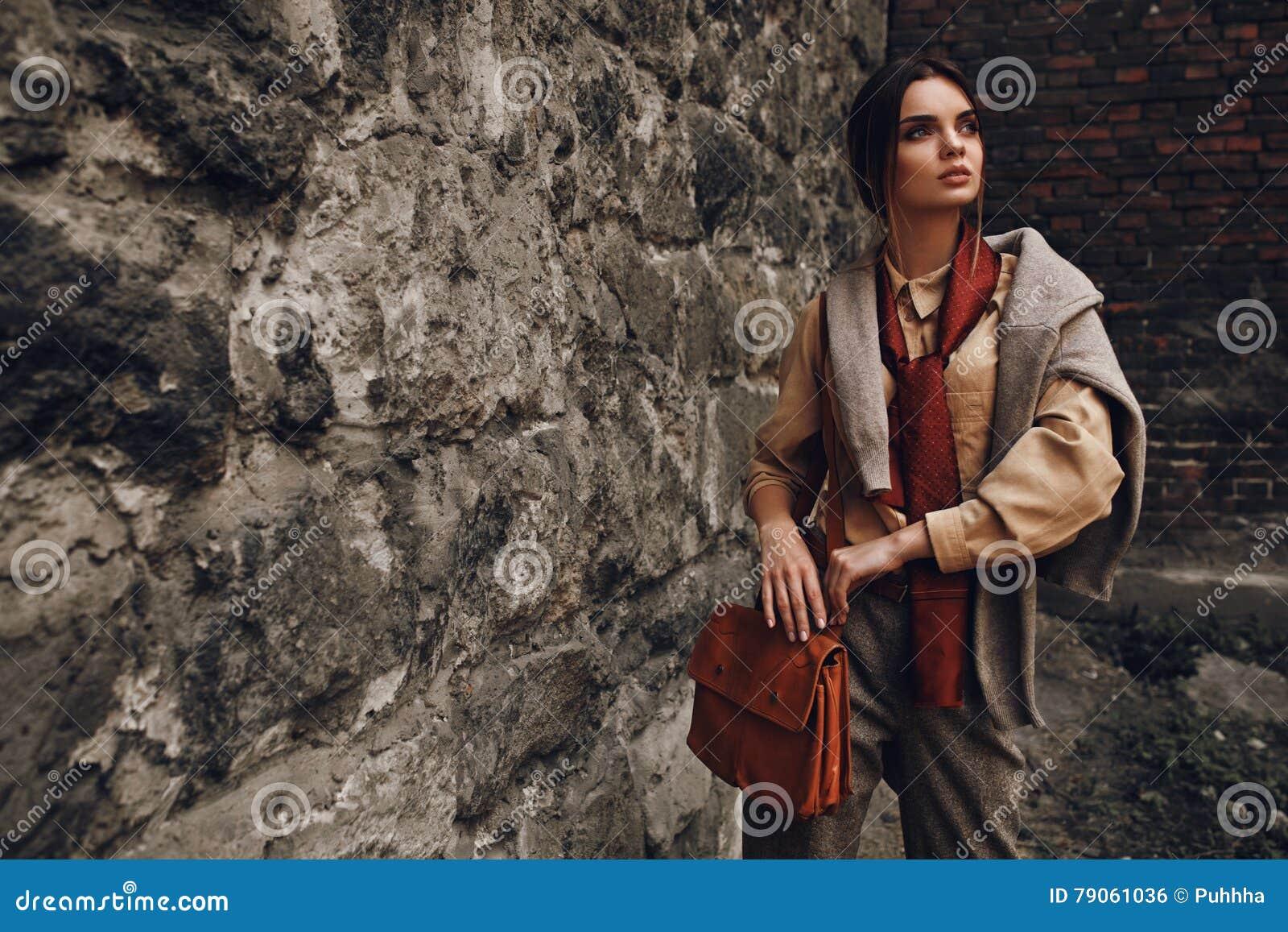 Piękna Modna kobieta W mody odzieży Pozuje Blisko ściany