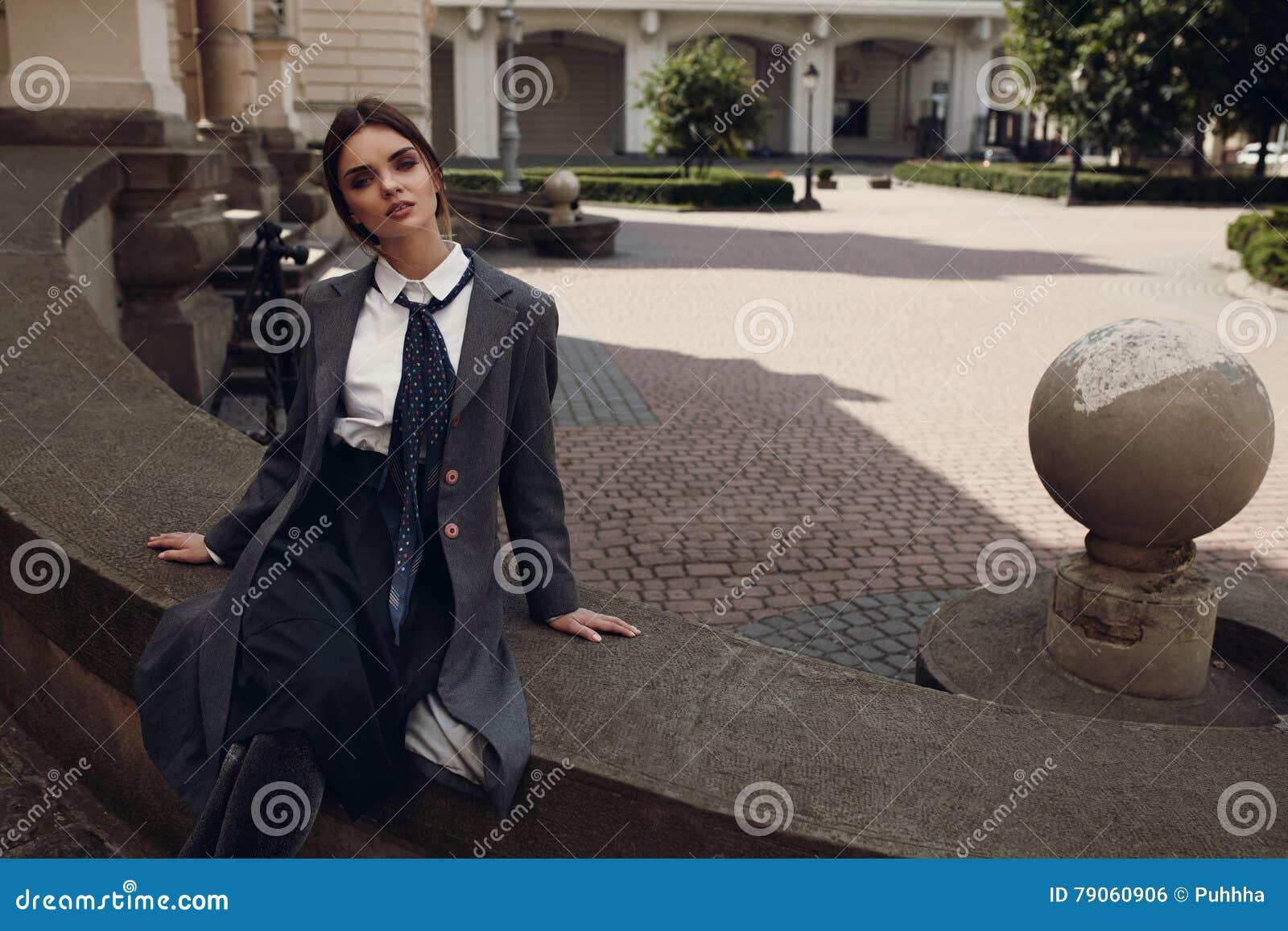 Piękna mody dziewczyna W Modnej odzieży Pozuje W ulicie