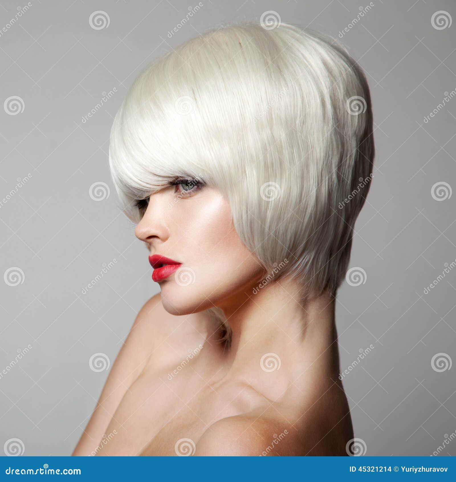 Piękna mody dziewczyny wakacyjny makeup portret seksowny Biały Krótki włosy ostrzyżenia