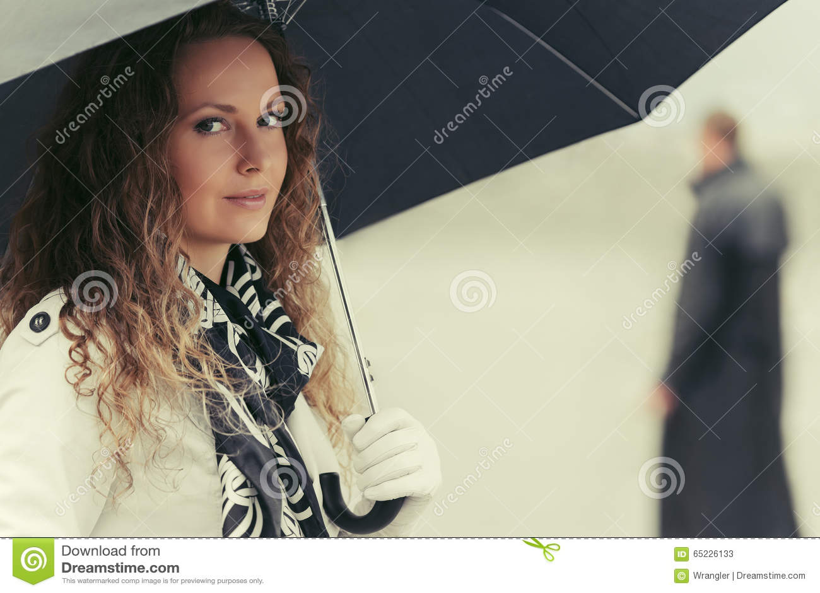 Piękna mody kobieta z parasolem na miasto ulicie