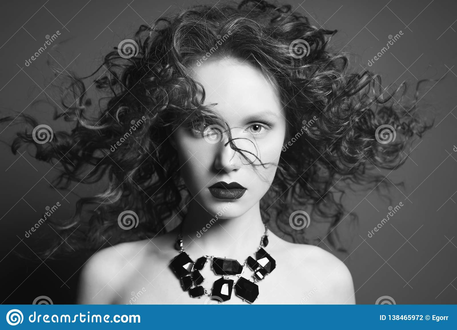 Piękna naga kobieta z czarną biżuterią portret mody