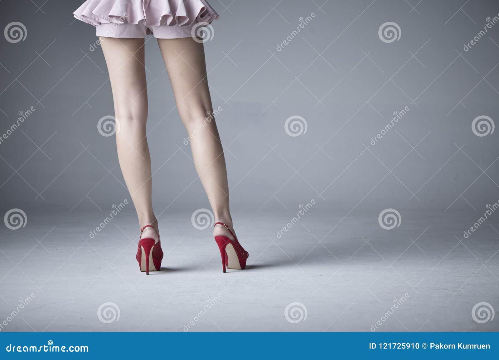 Piękna noga kobieta w spódnicie
