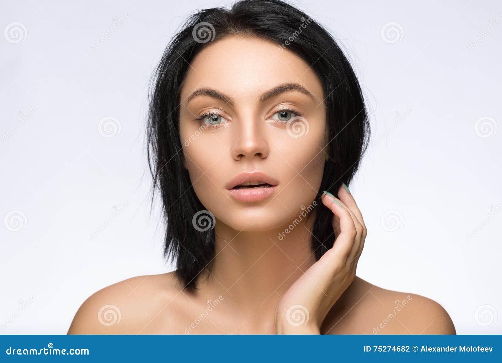 Piękna odosobniony portreta biel Piękna zdrój kobieta Dotyka jej twarz Perfect Świeża skóra Czysty model Młodości i opieki pojęci