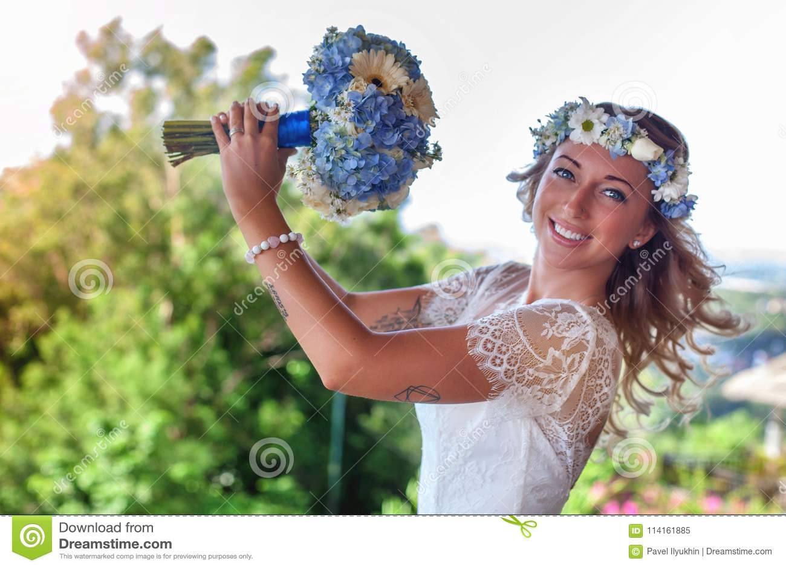 Piękna panna młoda poślubiał przy plażą, Bali panny młodej ceremonii kwiatu ślub