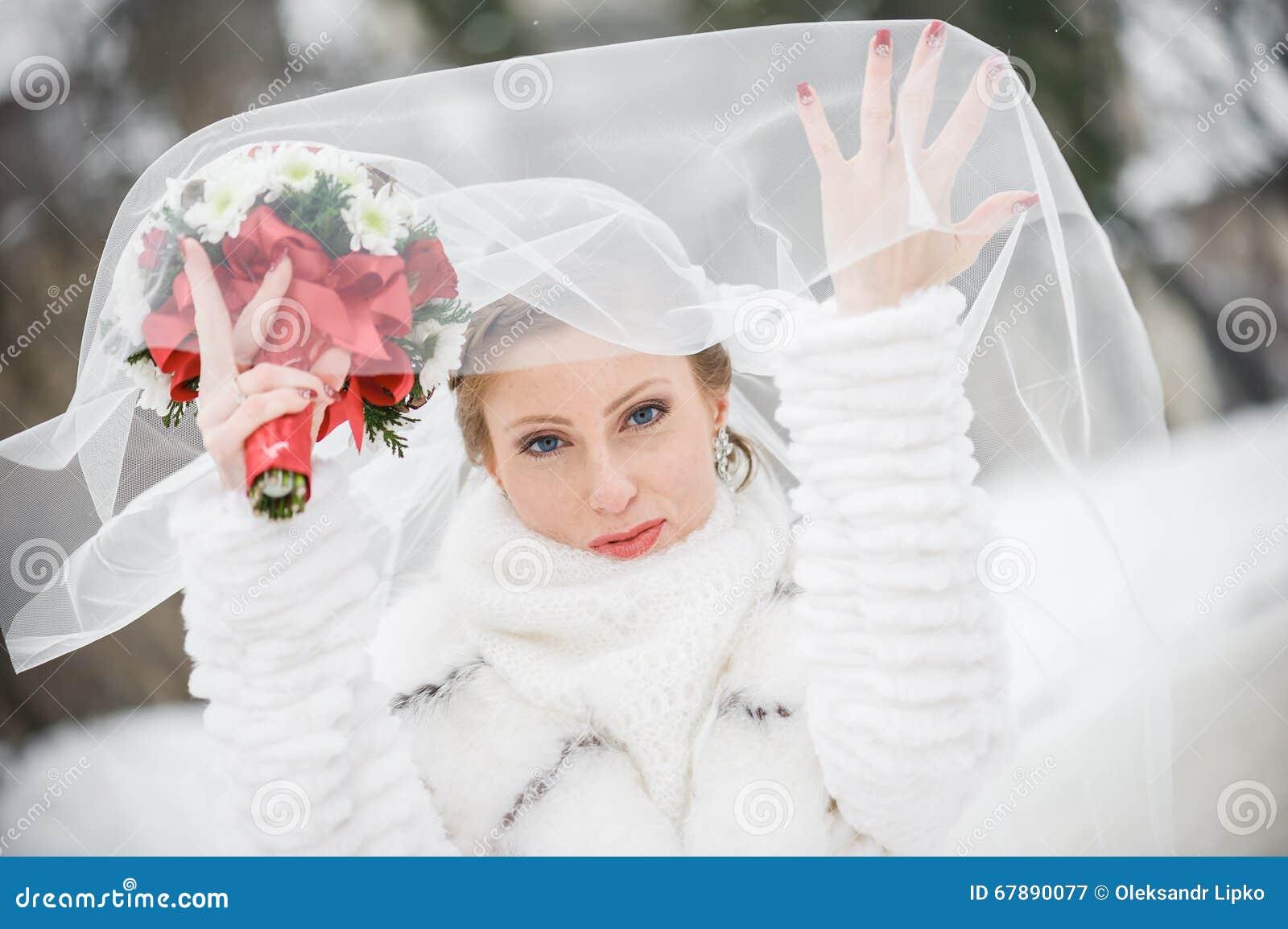 Piękna panna młoda z dużym ślubnym bukietem
