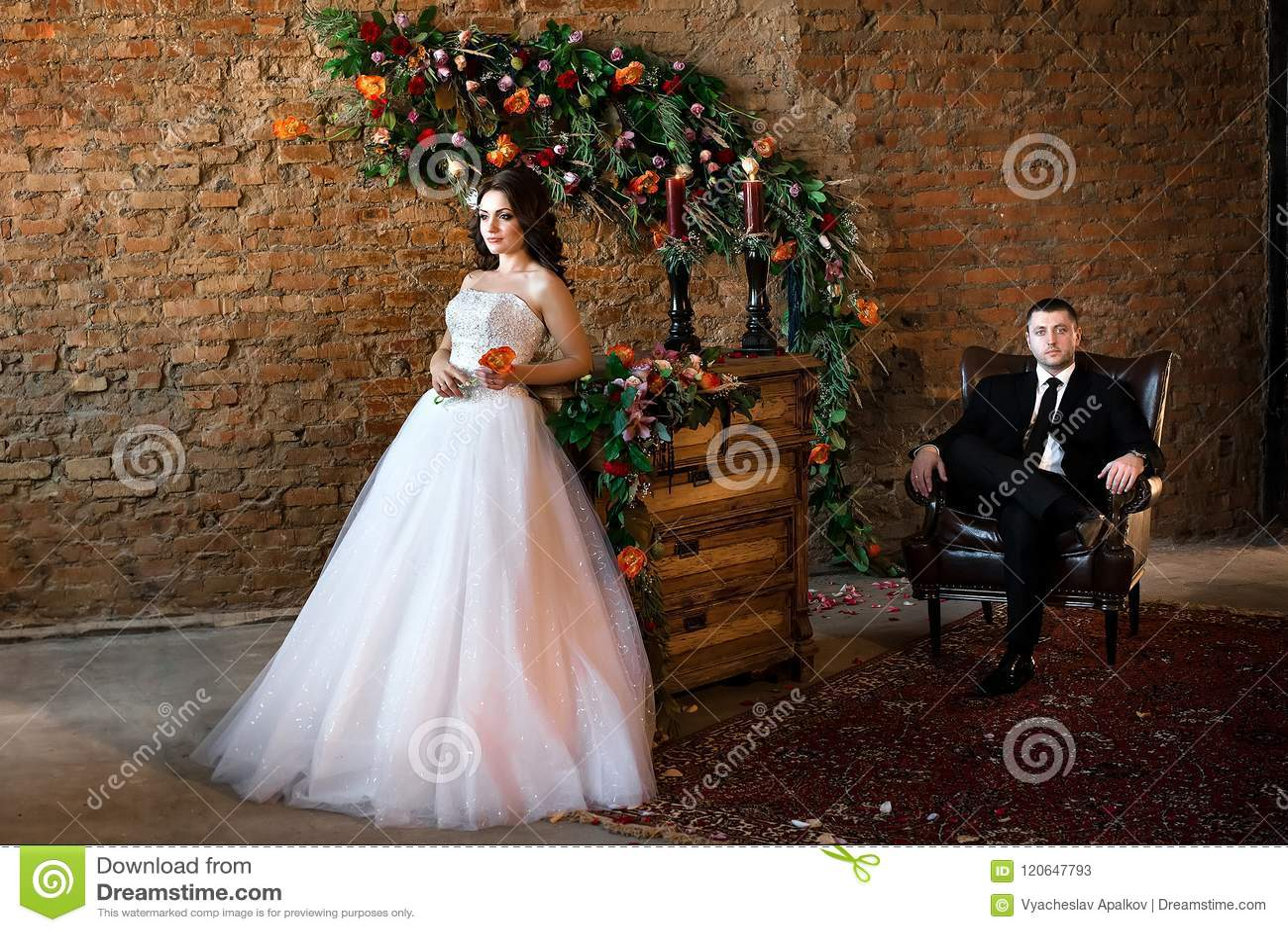 Piękna panny młodej pozycja w ładnej biel sukni
