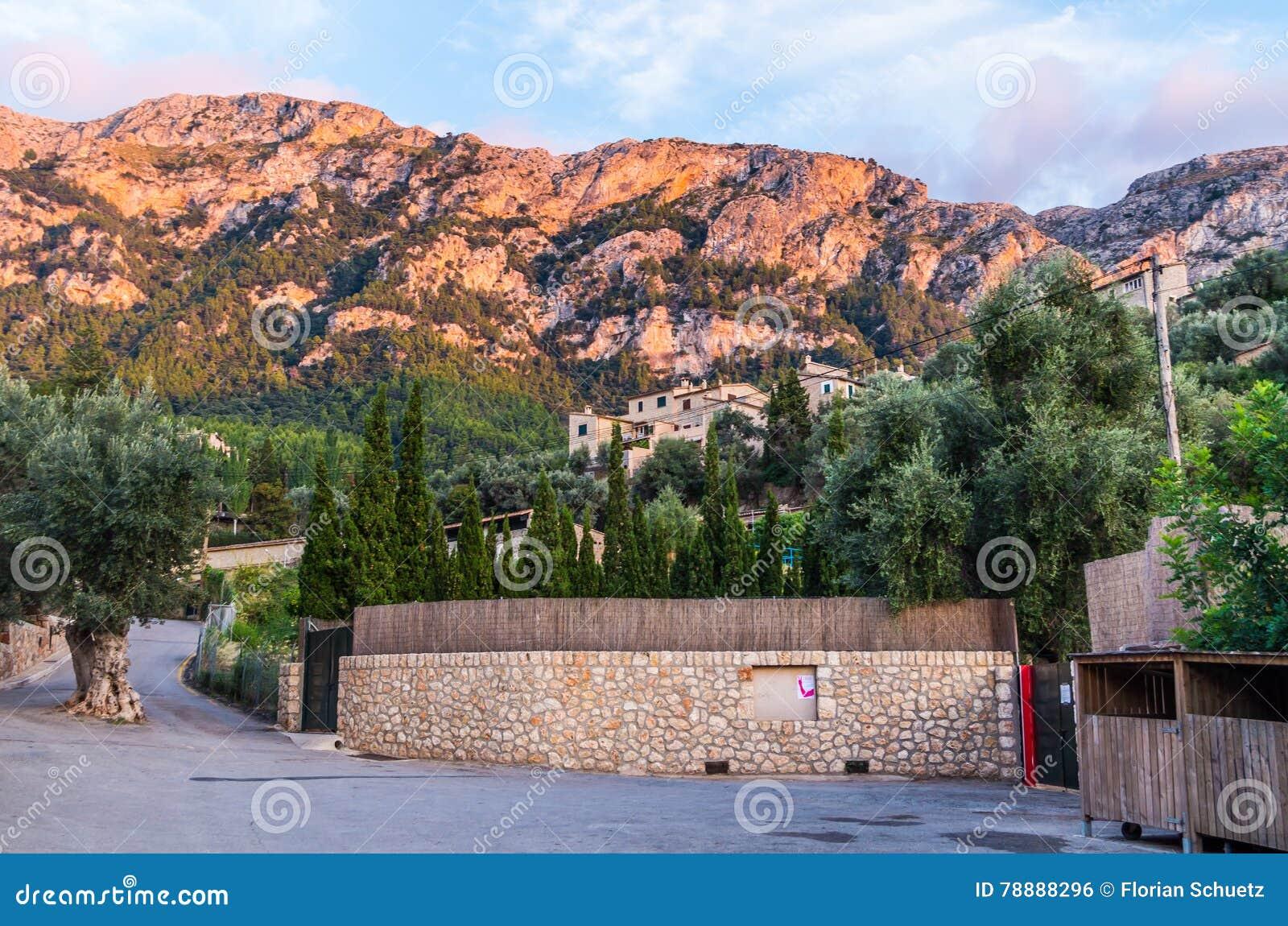 Piękna panorama grodzki Deia na Mallorca, Hiszpania