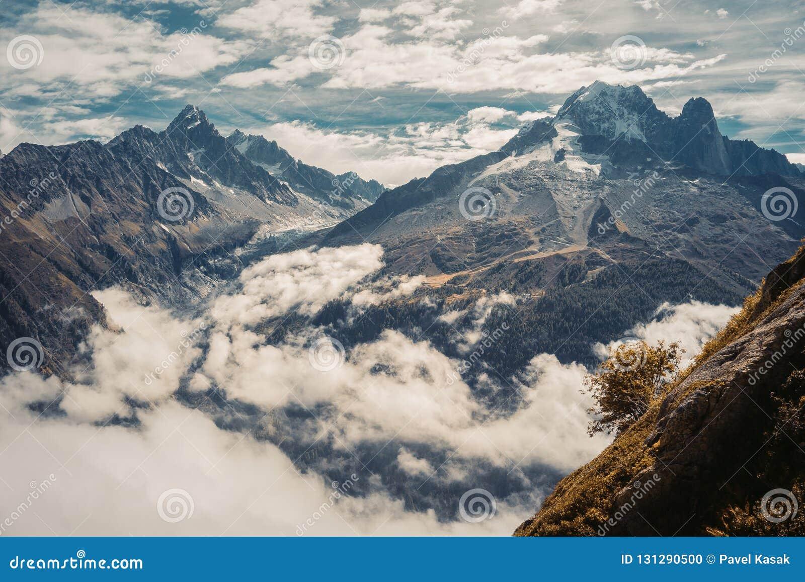 Piękna panoramiczna natura w górach
