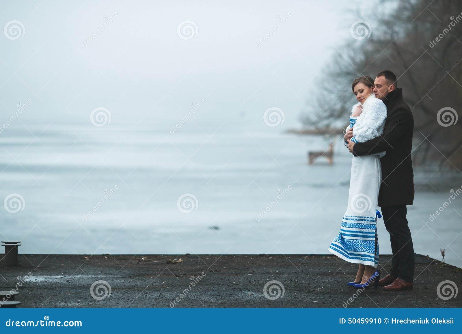 Piękna para na doku w zimy mgle