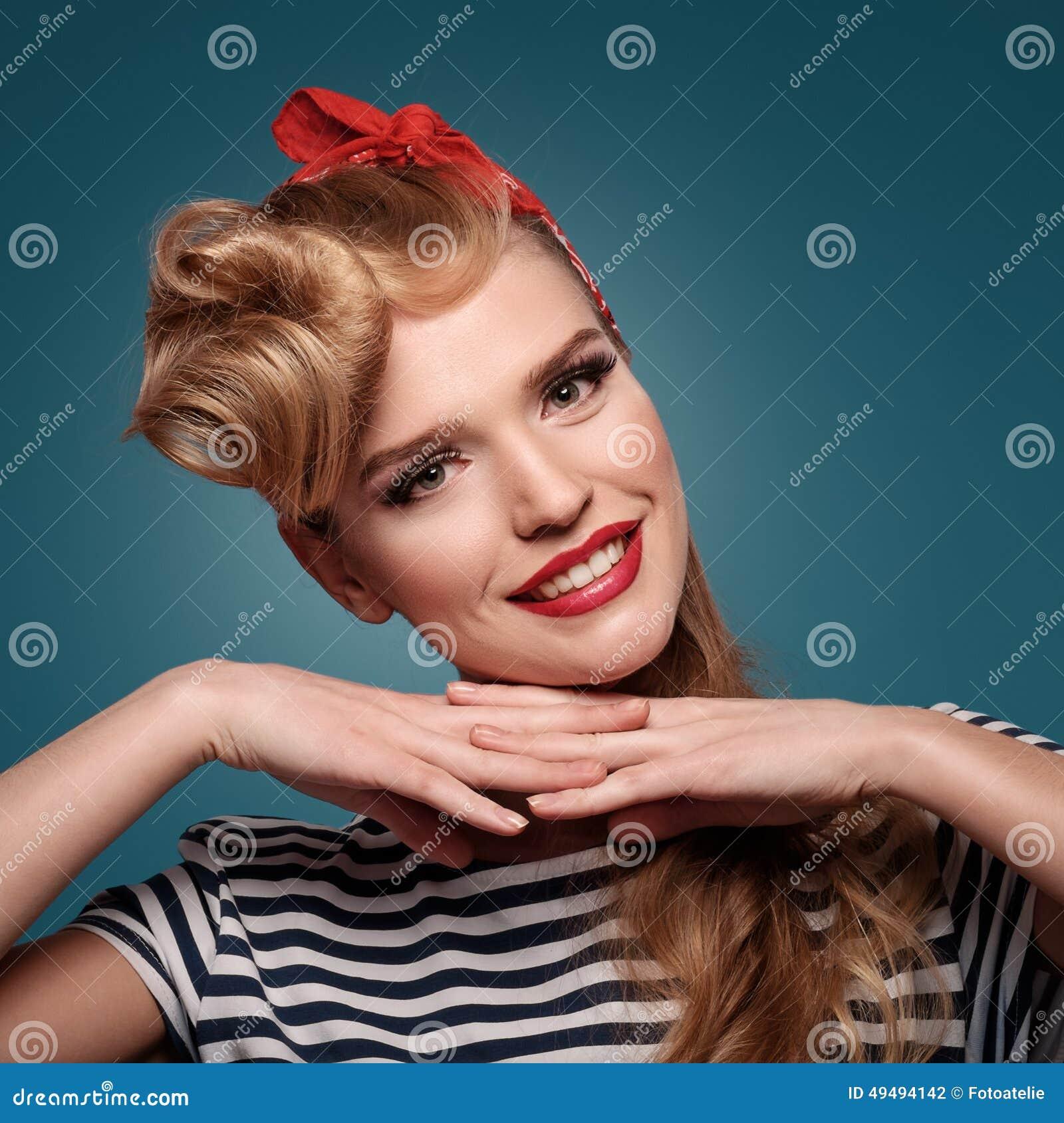 Piękna pinup uśmiechnięta dziewczyna na błękitnym tle
