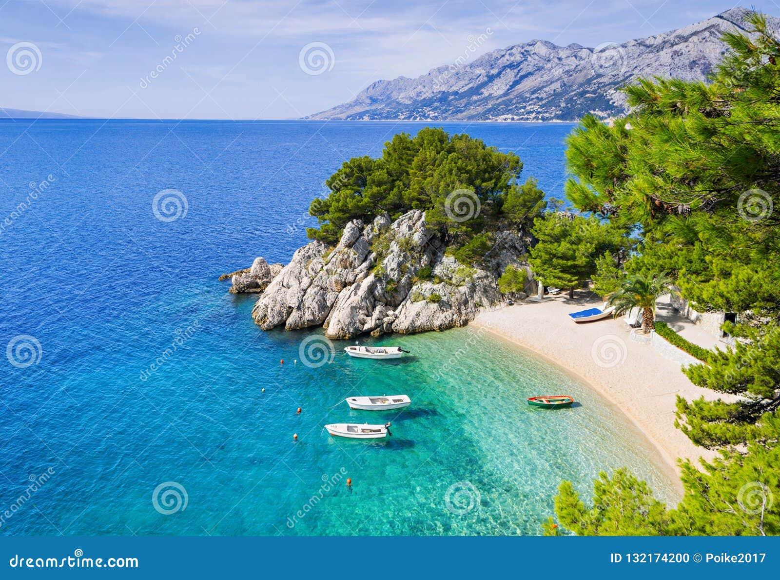 Piękna plaża blisko Brela miasteczka, Dalmatia, Chorwacja Makarska Riviera, sławny punkt zwrotny i podróży turystyczny miejsce pr