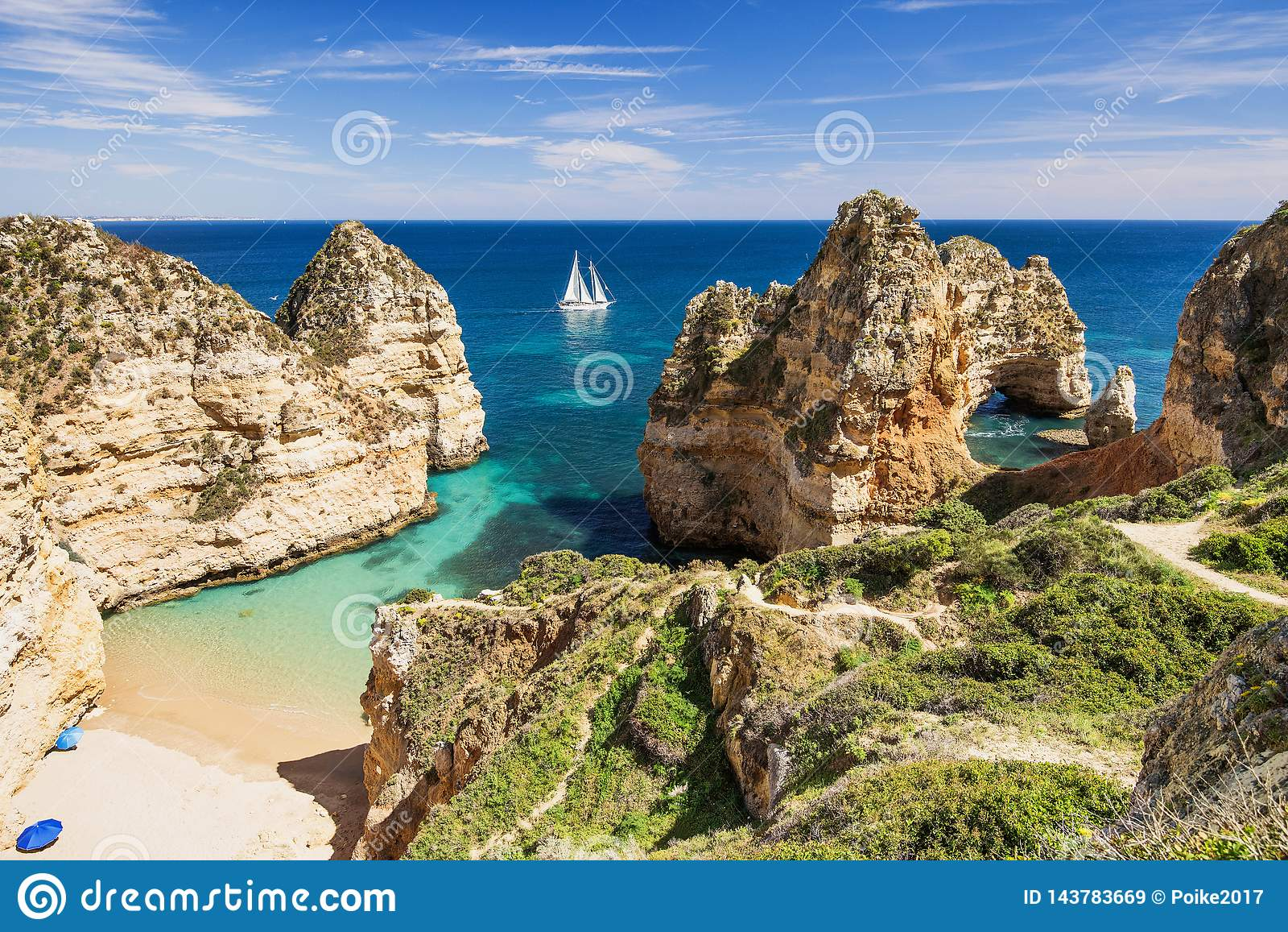 Piękna plaża blisko Lagos miasteczka, Algarve region, Portugalia