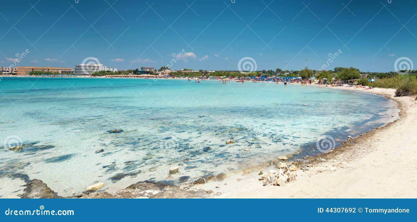 Piękna plaża na południowym wybrzeżu Włochy
