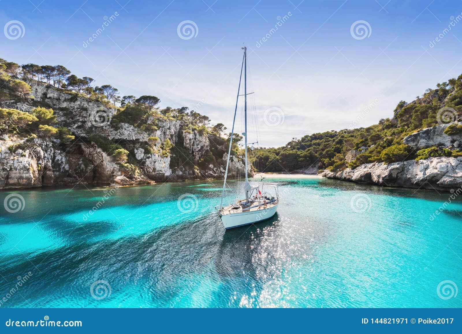 Piękna plaża z żeglowanie łodzi jachtem, Cala Macarelleta, Menorca wyspa, Hiszpania Jachtingu, podr