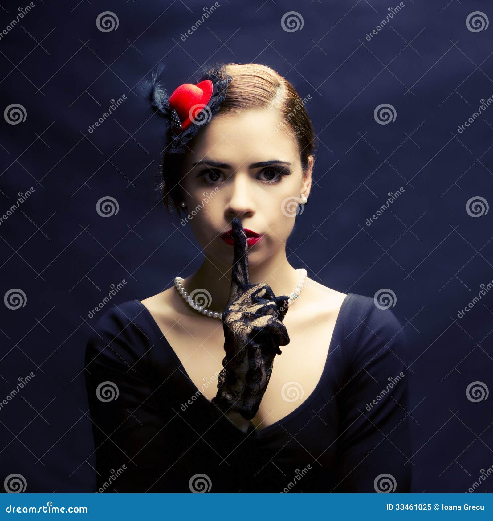 Piękna retro kobieta pyta dla ciszy