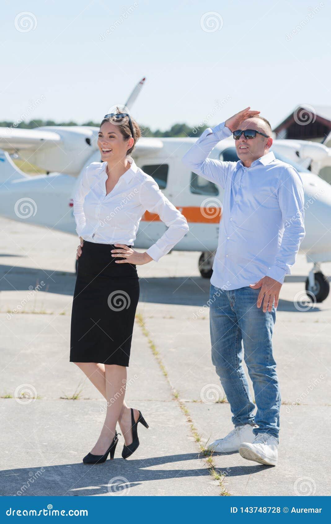 Piękna romantyczna para stoi blisko intymnego samolotu w airpor
