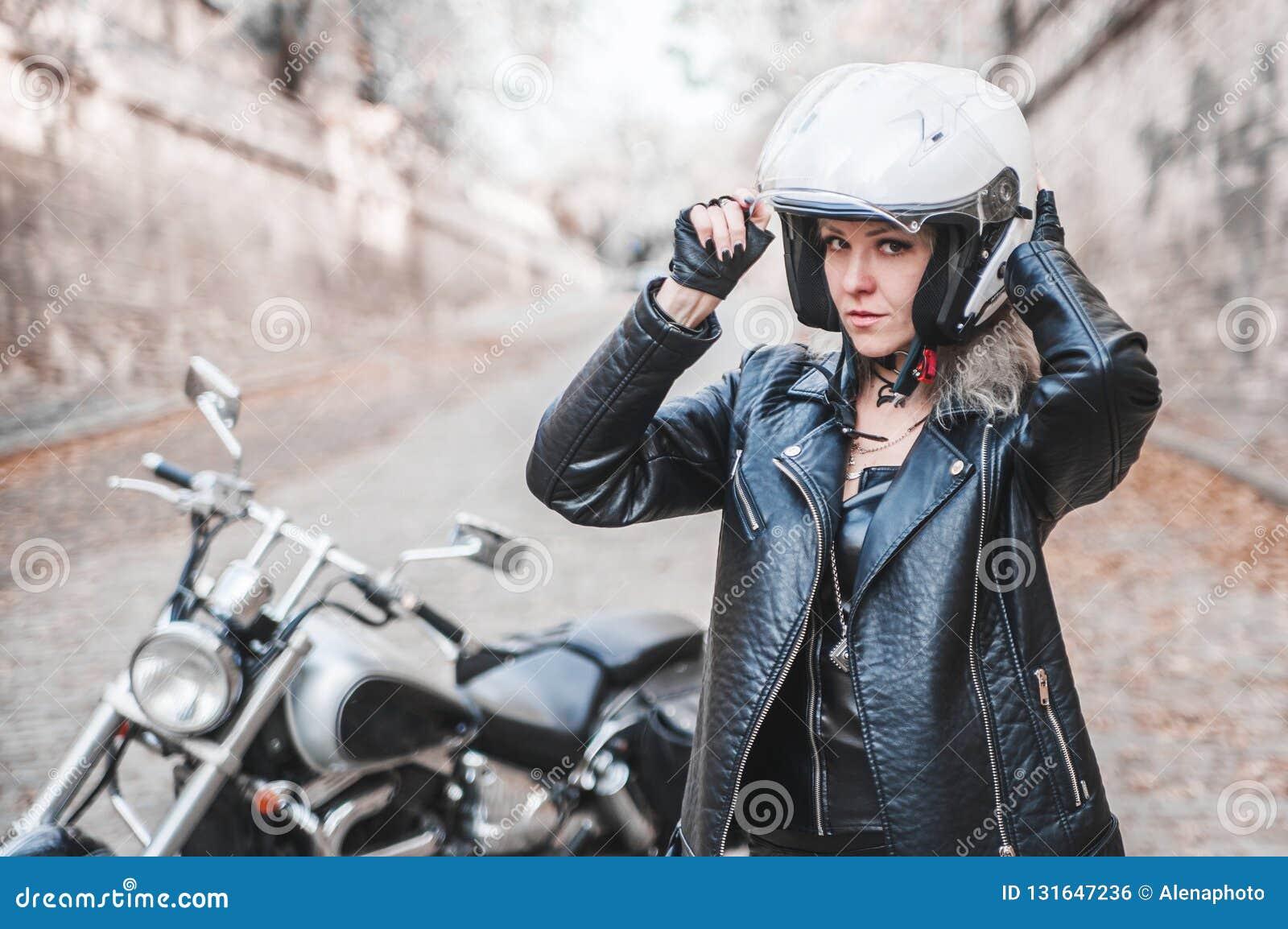 Piękna rowerzysta kobieta plenerowa z motocyklem