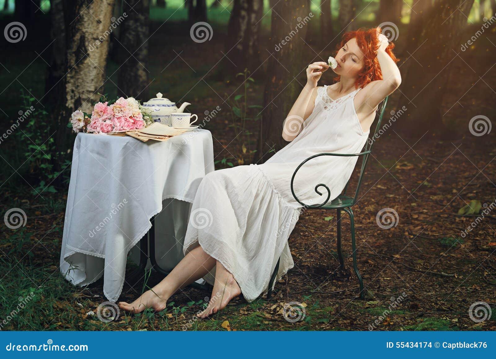 Piękna rudzielec kobieta w surrealistycznym lesie