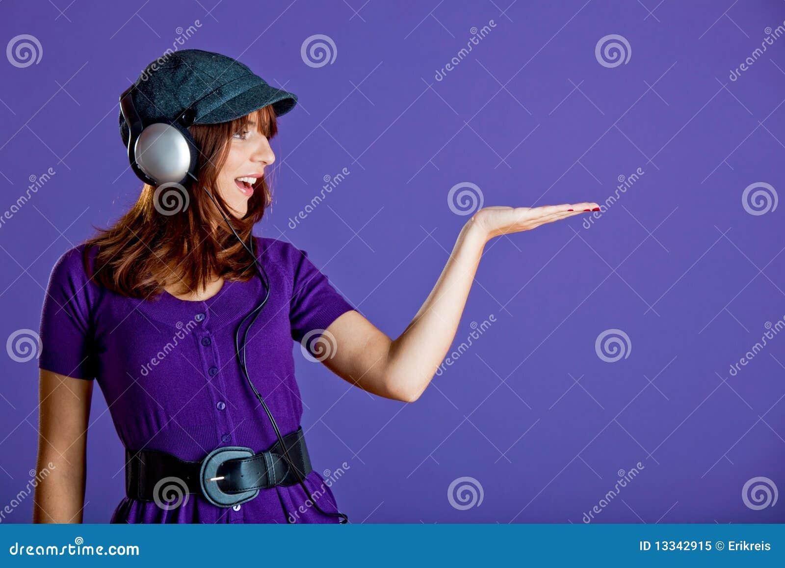 Piękna słuchająca muzyczna kobieta