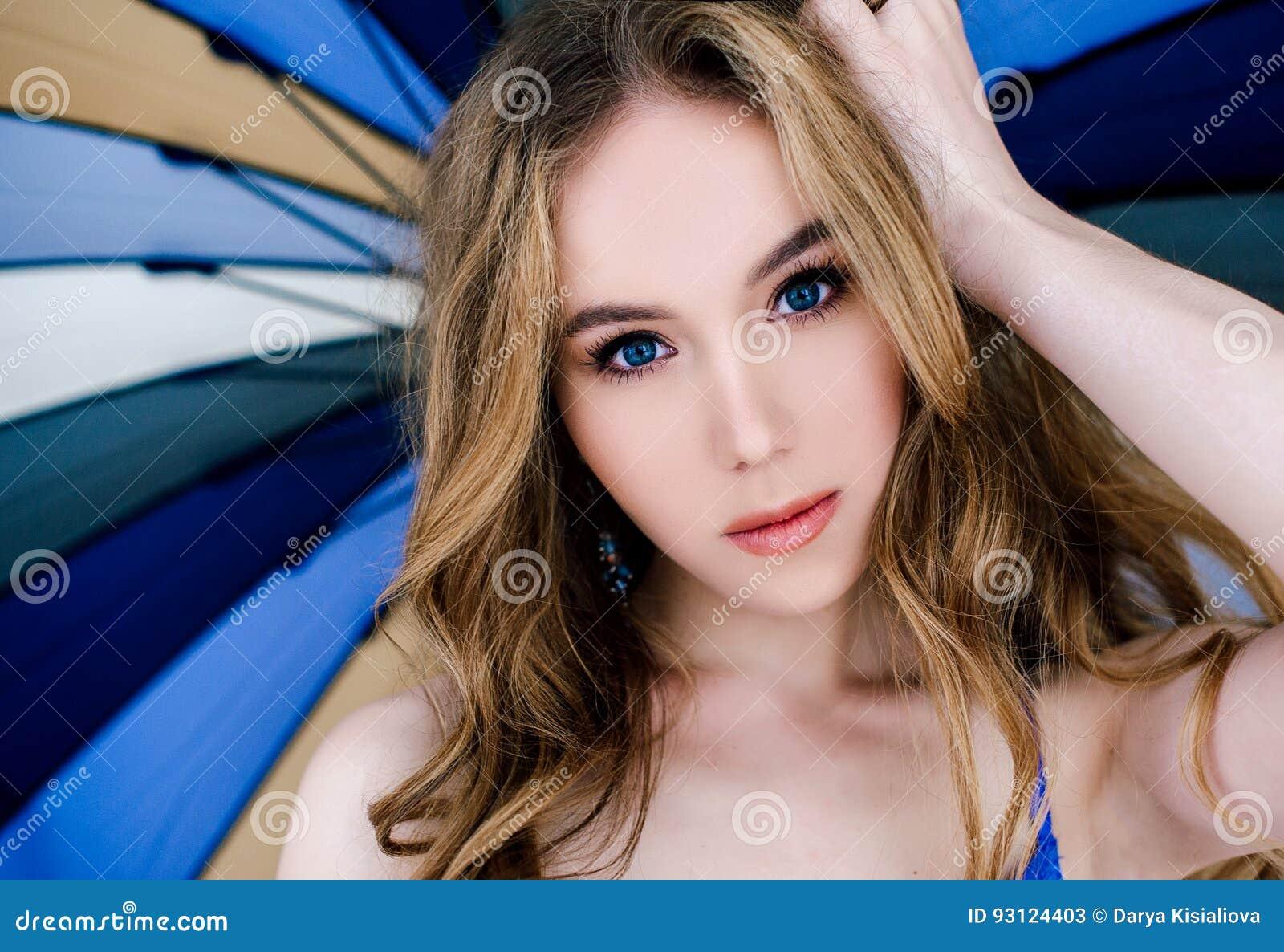 Piękna seksowna dama w eleganckich błękitnych majtasach i staniku Moda portret model indoors Piękno blondynki kobieta trzyma para