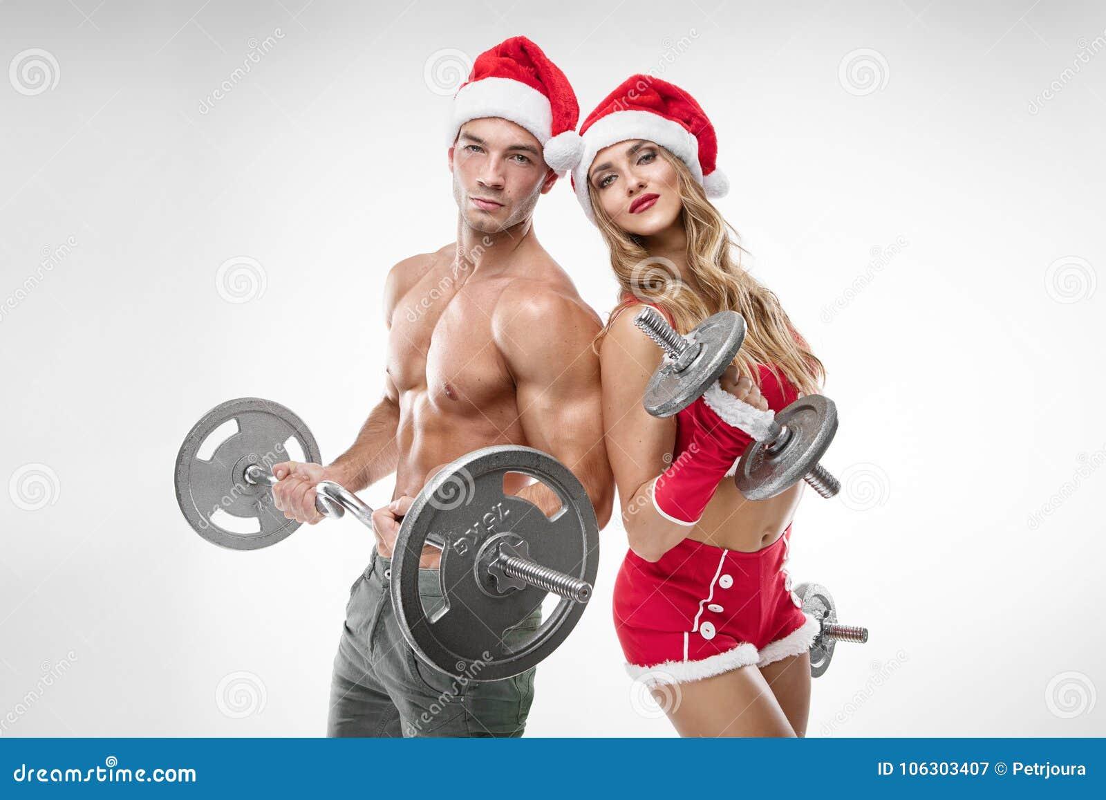 Piękna seksowna para w Santa Claus odziewa robić treningowi