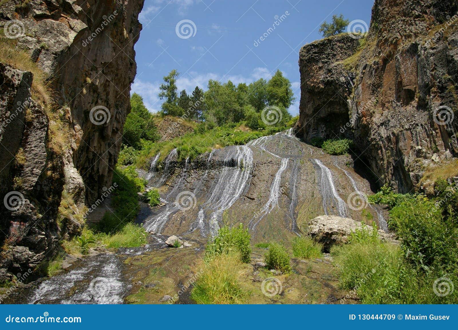 Piękna siklawa w górach Jermuk, Armenia
