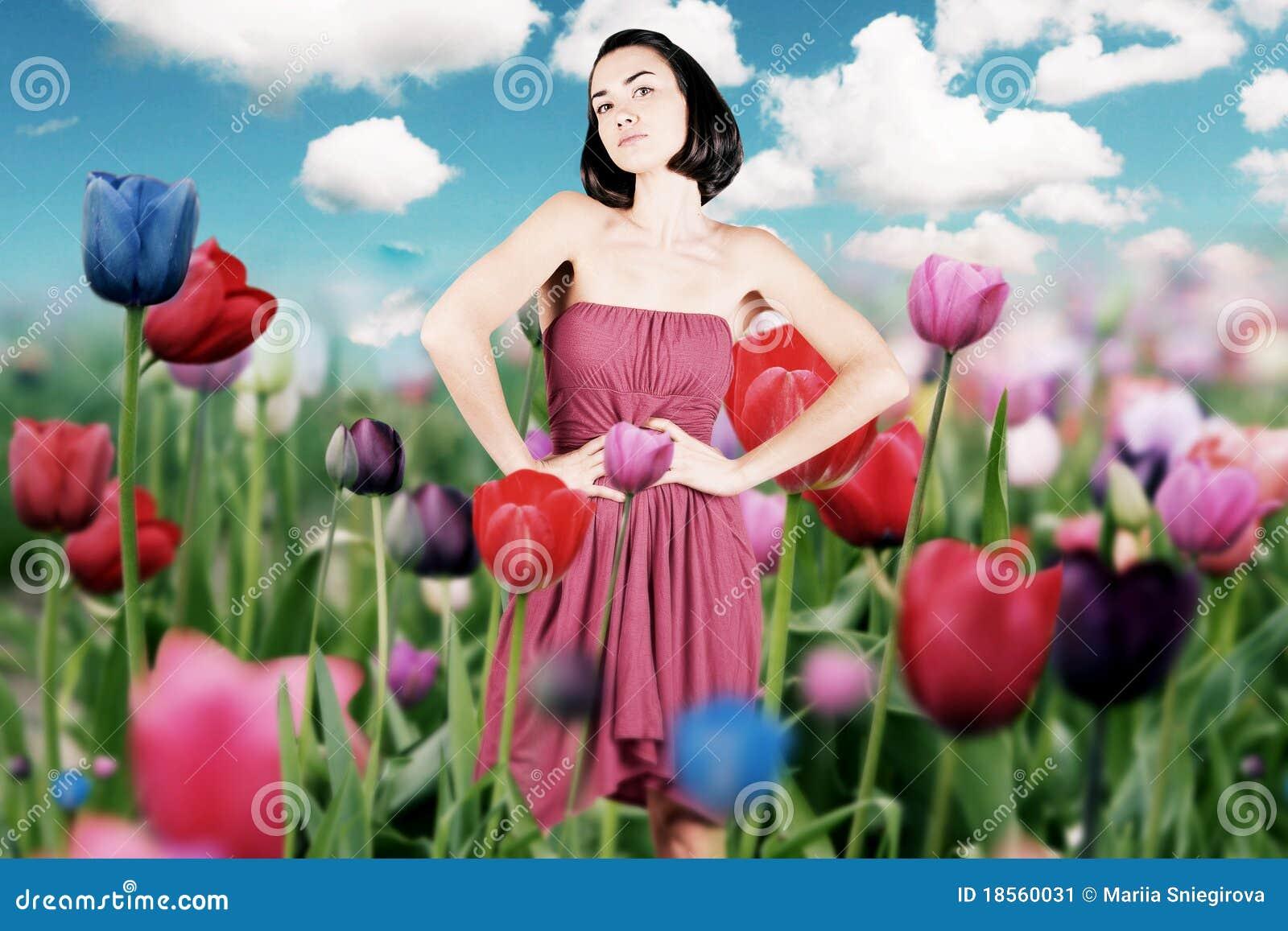 Piękna smokingowi łąkowi czerwoni kobiety potomstwa