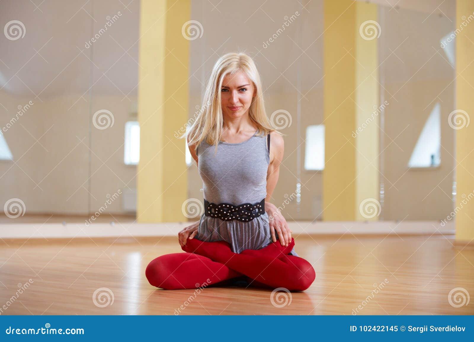 Piękna sporty dysponowana jog kobieta ćwiczy joga asana Padmasana - Lotosowa poza w sprawność fizyczna pokoju